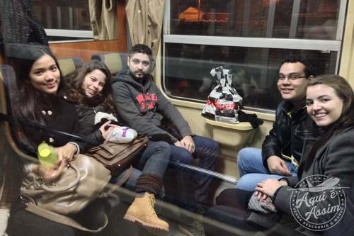Eu e os intercambistas na viagem de trem.