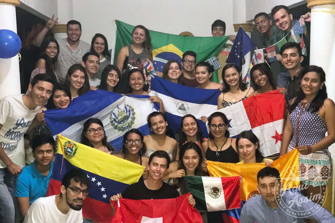 Intercambistas de diversas nacionalidades envolvidos em uma causa só.
