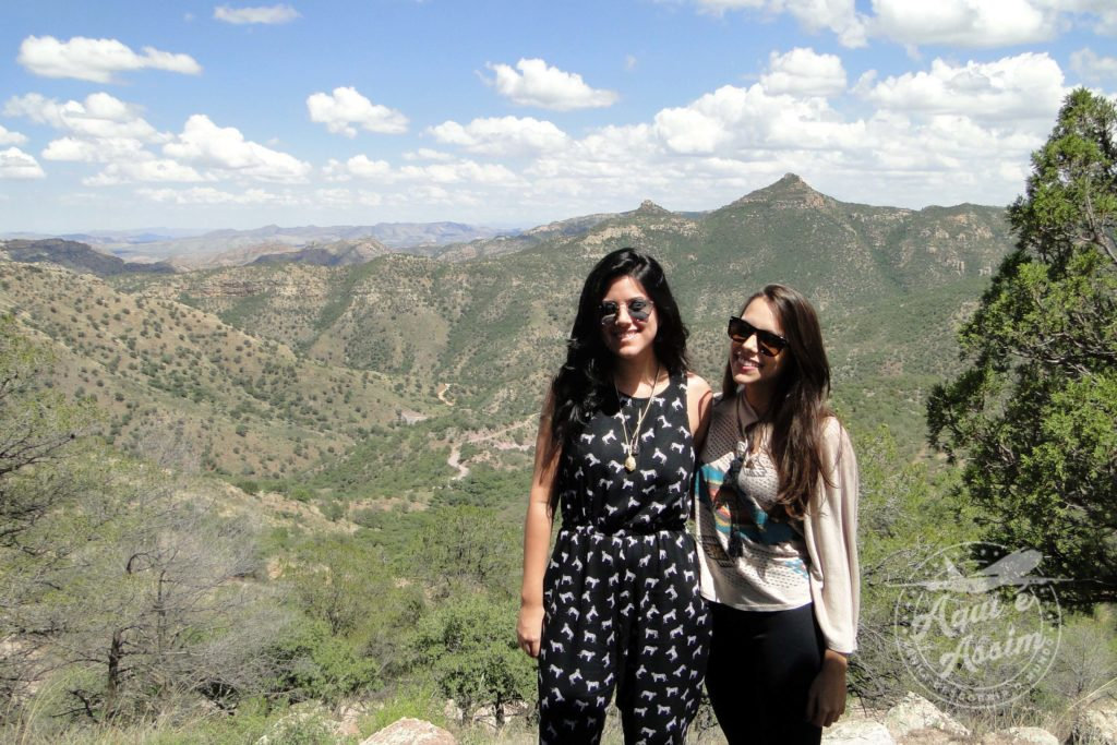 Amanda com a amiga em seu primeiro intercâmbio no México